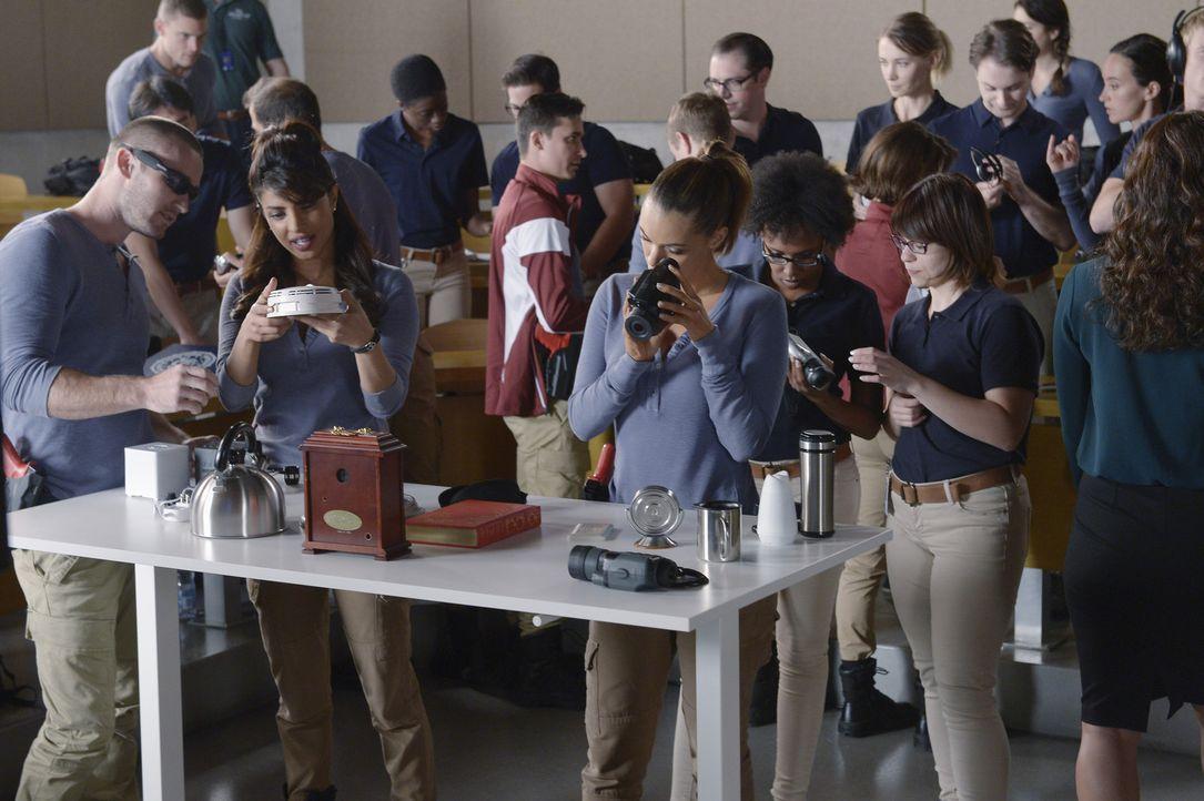 Die Ausbildung für die Rekruten geht weiter: Alex (Priyanka Chopra, vorne M.), Ryan (Jake McLaughlin, vorne l.) und Natalie (Anabelle Acosta, vorne... - Bildquelle: Philippe Bosse 2015 ABC Studios