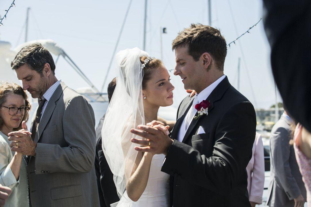 Am Tag der Hochzeit mit Taya (Sienna Miller, 2.v.r.) erfährt Chris (Bradley Cooper, r.), dass er in den Irak Krieg ziehen muss - bereits in drei Tag... - Bildquelle: 2014 Warner Bros. Entertainment Inc.