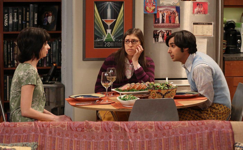 Da Lucy (Kate Micucci, l.) eine Sozialphobie hat, möchte sie immer nur einen Freund bzw. eine Freundin von Raj (Kunal Nayyar, r.) kennenlernen. Doch... - Bildquelle: Warner Bros. Television