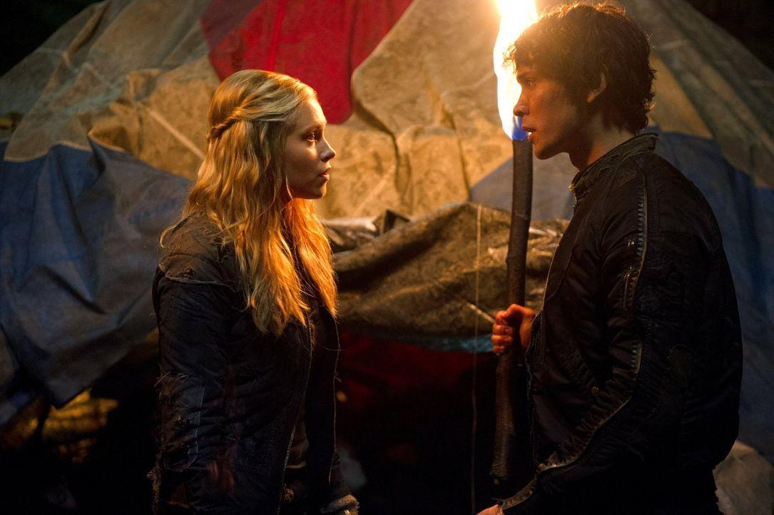 Als Bellamy (Bob Morley, r.) bewusst wird, dass seine Schwester nicht im Camp ist, sucht er Hilfe bei Clarke (Eliza Taylor, l.), doch diese macht si... - Bildquelle: Warner Brothers