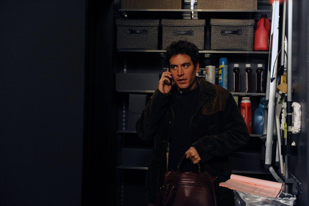 Bei der Rettung von Robin landet Ted (Josh Radnor) selbst in Barneys Wandschrank ... - Bildquelle: 2012-2013 Twentieth Century Fox Film Corporation. All rights reserved.
