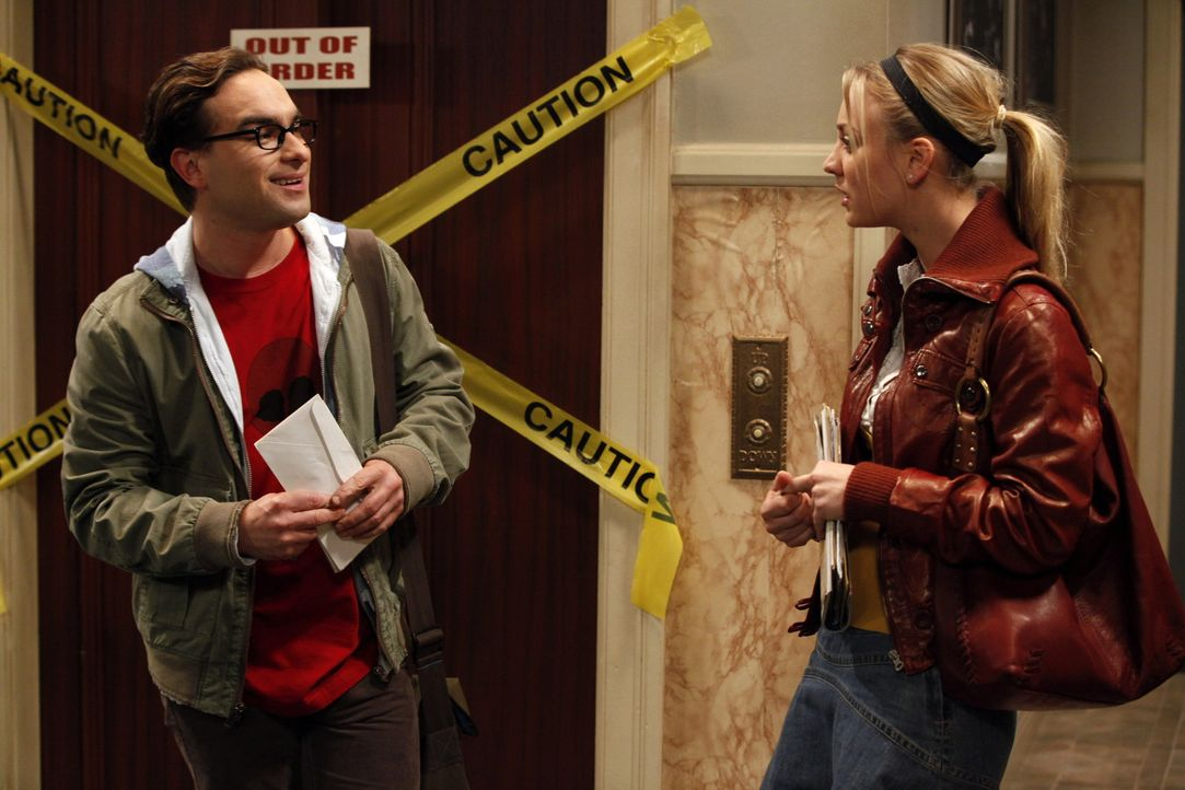 Als Leonard (Johnny Galecki, l.) erfährt, wie das Date zwischen Penny (Kaley Cuoco, r.) und Stuart verlaufen ist, ist er erleichtert ... - Bildquelle: Warner Bros. Television