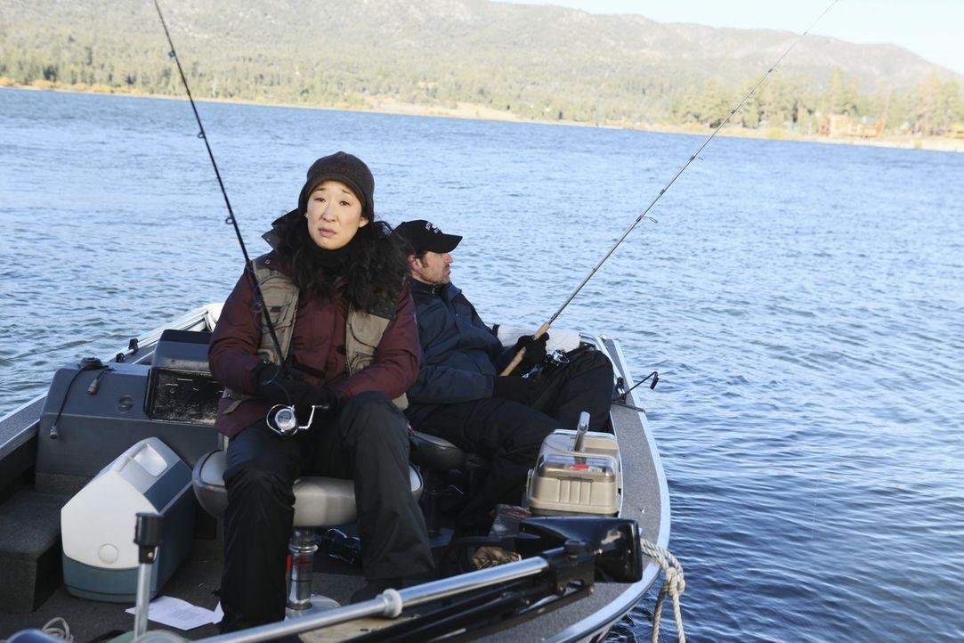 Derek (Patrick Dempsey, r.) und Cristina (Sandra Oh, l.) sitzen stundenlang gemeinsam beim Angeln auf einem Boot. Während Derek einfach nur die Ruh... - Bildquelle: ABC Studios