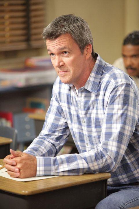 Weil Brick eine schlechte Note in Mathe eingeheimst hat, müssen Mike (Neil Flynn) und Frankie zum Nachhilfeunterricht in der Schule anrücken ... - Bildquelle: Warner Brothers