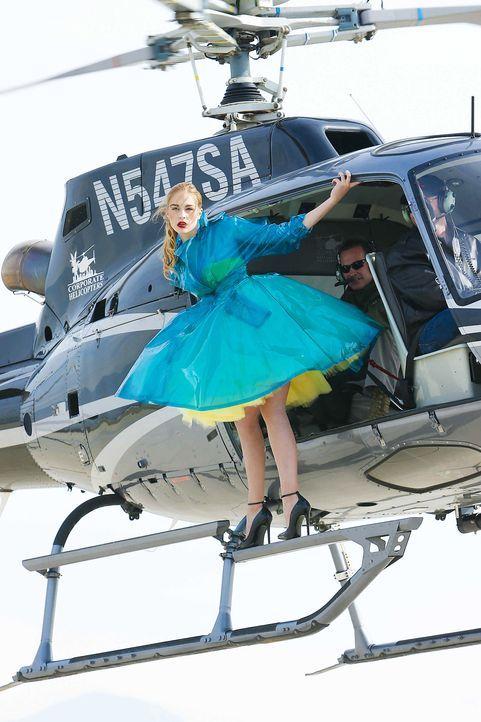 GNTM-Stf10-Epi06-Helikopter-Shooting-75-Laura-D-ProSieben-Richard-Huebner - Bildquelle: ProSieben/Richard Huebner