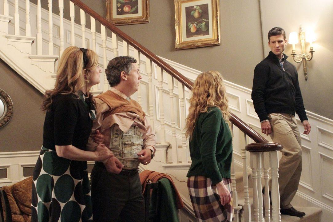 Versuchen alles, um Ryan (Parker Young, r.) zurückzubekommen: Sheila (Ana Gasteyer, l.), Lisa (Allie Grant, unten 2.v.r.) und Fred (Chris Parnell, 2... - Bildquelle: Warner Brothers