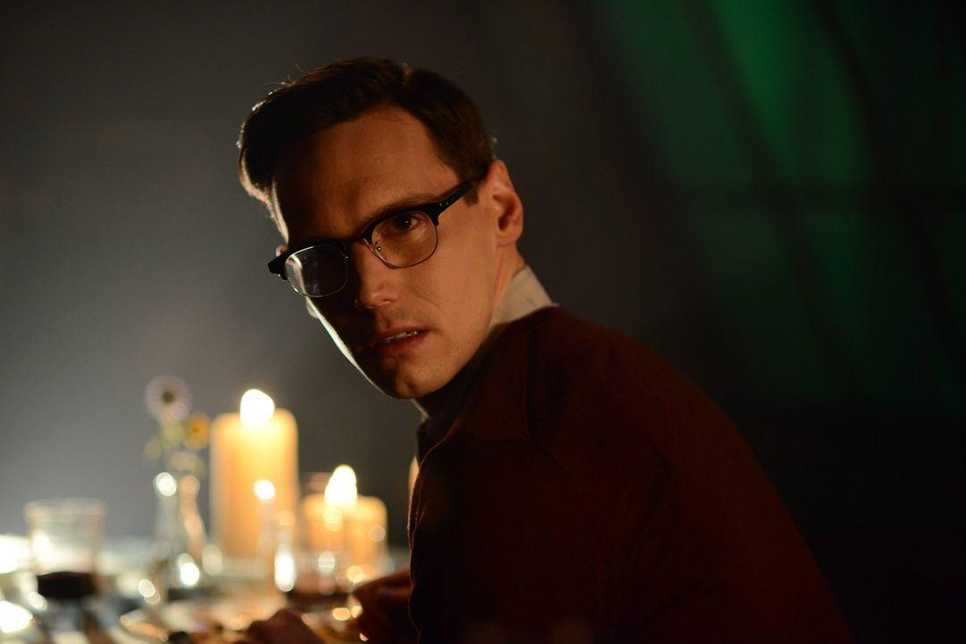 Während Penguin in einen Gefallen für Theo Galavan verstrickt wird, bittet Edward Nygma (Cory Michael Smith) Miss Kringle um ein Date ... - Bildquelle: Warner Brothers