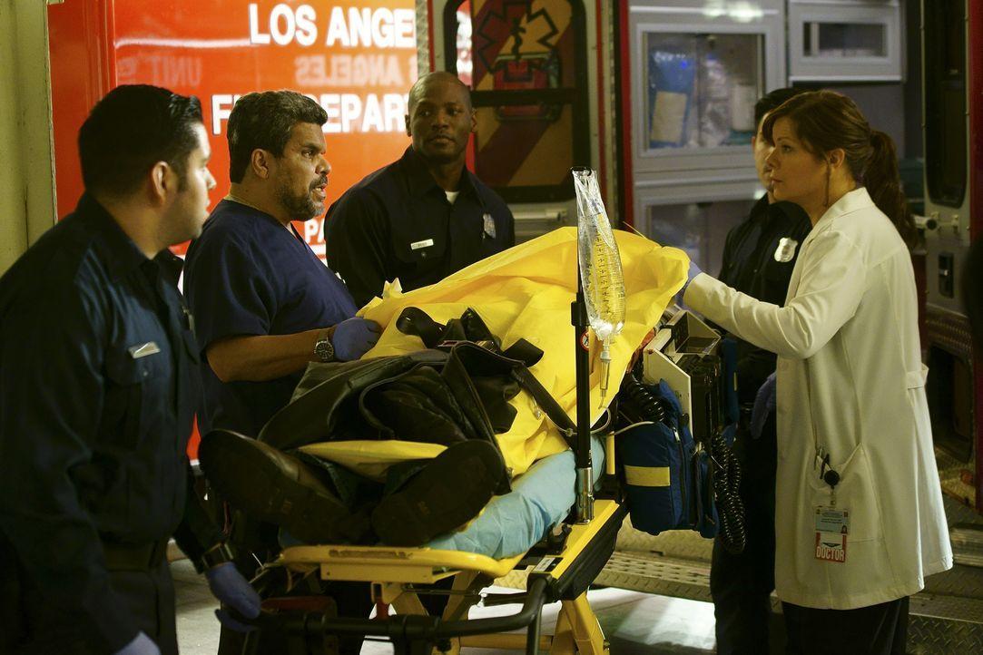 Kümmern sich um einen Patienten, der in die Notaufnahme eingeliefert wurde: Jesse (Luis Guzman, 2.v.l.) und Leanne (Marcia Gay Harden, r.) ... - Bildquelle: Monty Brinton 2015 ABC Studios