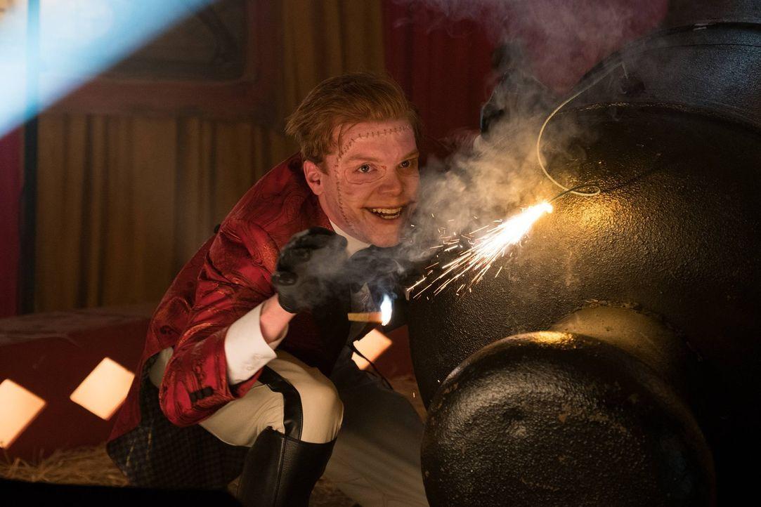 Während Jerome (Cameron Monaghan) alles versucht, um Bruce zu töten, stehen sich Penguin und Edward Nygma Auge in Auge gegenüber ... - Bildquelle: Warner Brothers