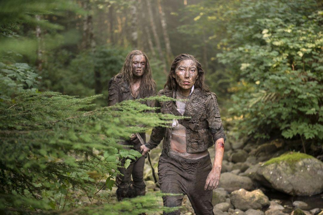 Clarke (Eliza Taylor, l.) versucht, Anya (Dichen Lachman, r.) zu einer Zusammenarbeit zu bewegen - mit mäßigem Erfolg ... - Bildquelle: 2014 Warner Brothers