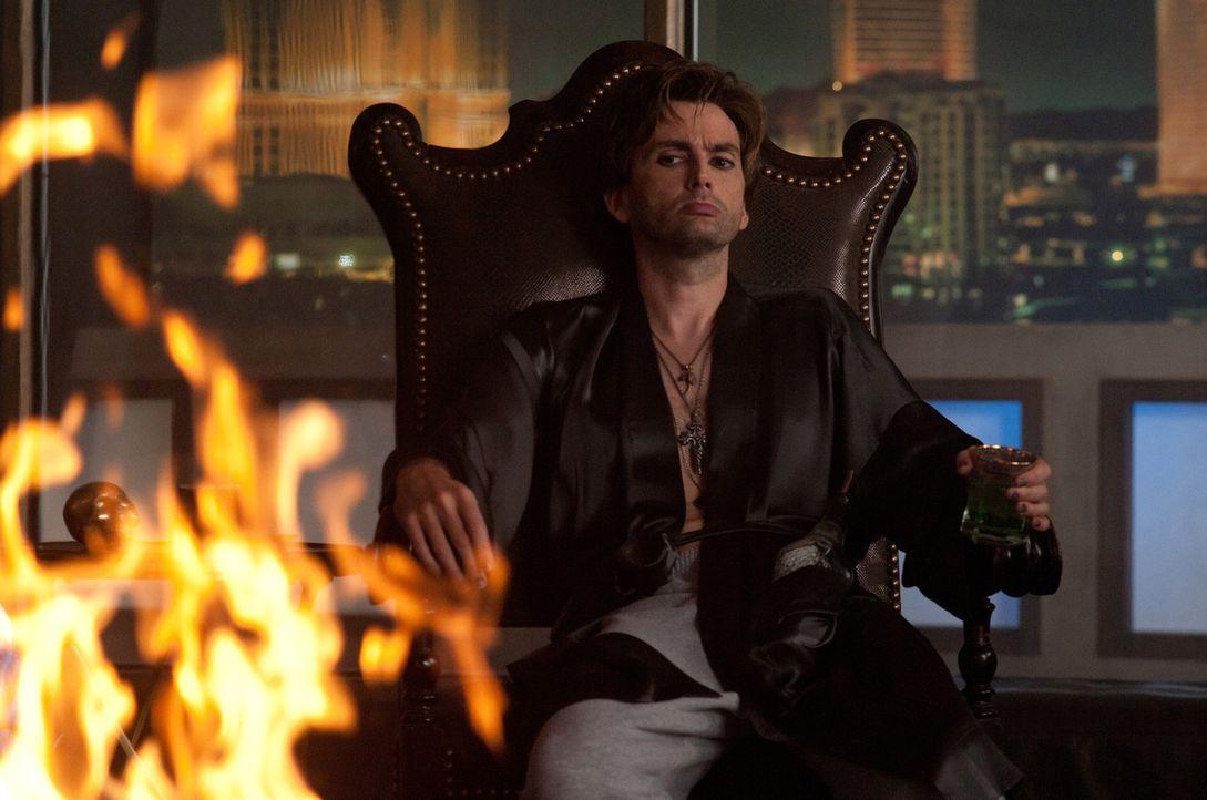 Nur Peter Vincent (David Tennant), ein Zauberer und angeblicher Vampir-Experte aus Las Vegas, glaubt Charleys Behauptungen. Doch helfen bei der Jagd... - Bildquelle: Lorey Sebastian, John Bramley Dreamworks Studios.  All rights reserved