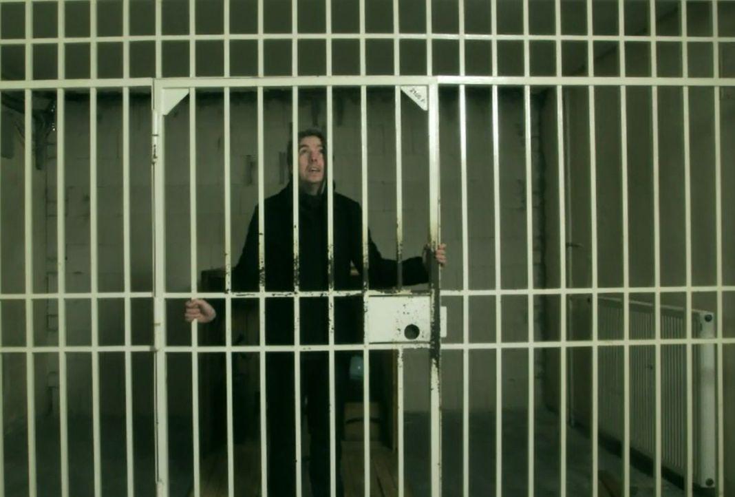 In eine Holzkiste gesperrt, wird Olli in ein Gefängnis verfrachtet. Ohne Vorbereitung muss er sich in seiner neuen Situation zurechtfinden ... - Bildquelle: ProSieben