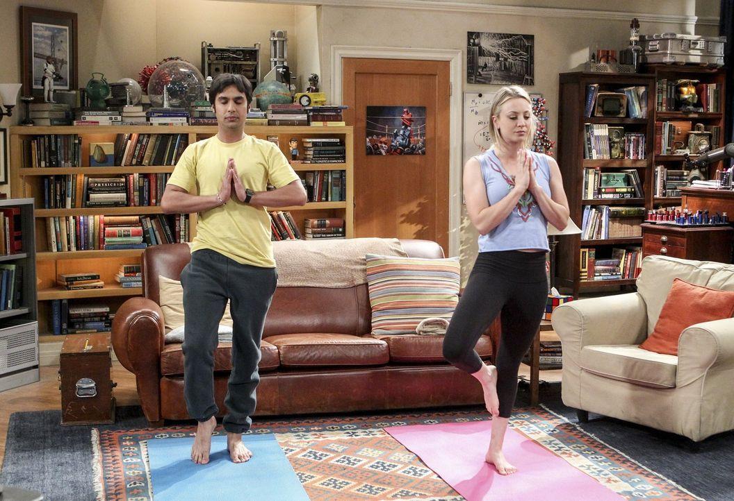 Gemeinsam finden Penny (Kaley Cuoco, r.) und Raj (Kunal Nayyar, l.) ihre innere Mitte ... - Bildquelle: 2016 Warner Brothers