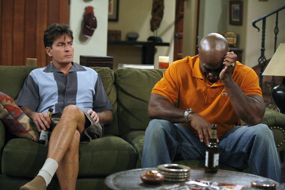 Bei einem Gespräch trifft Charlie (Charlie Sheen, l.) den wunden Punkt bei Jerome (Michael Clarke Duncan, r.). Nur mit Mühe kann er ihn wieder ber... - Bildquelle: Warner Brothers Entertainment Inc.
