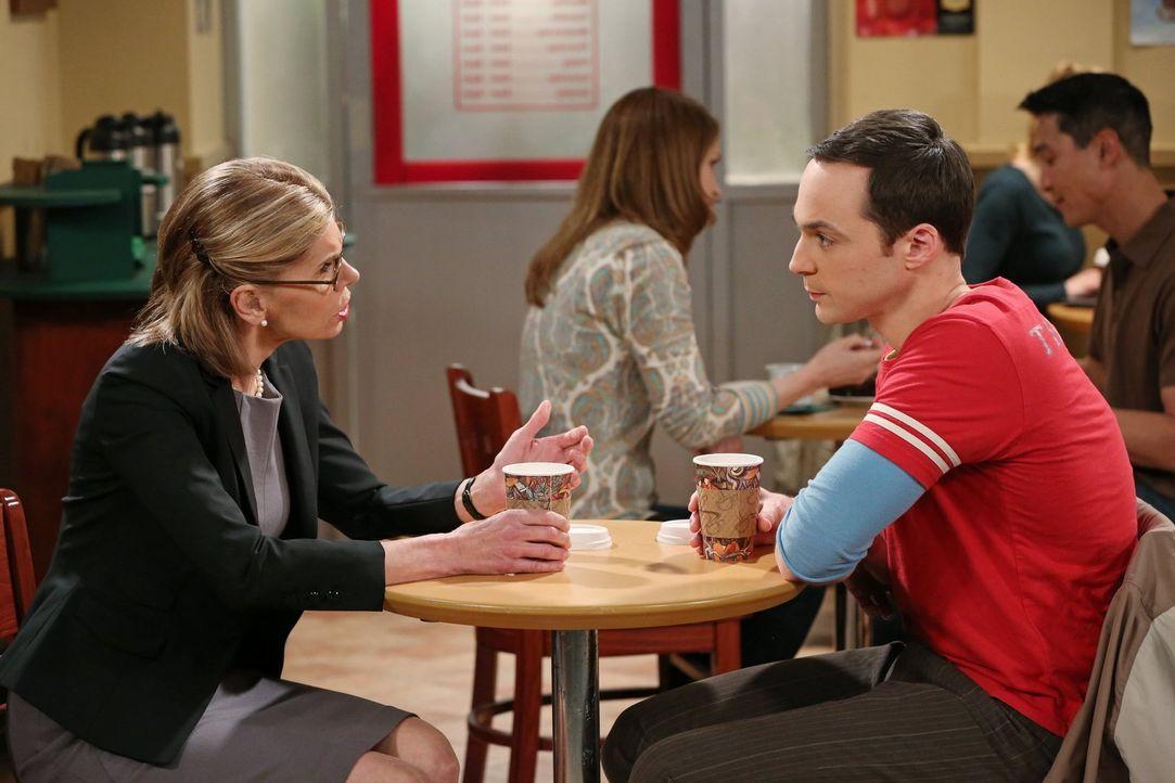 Kann Sheldon (Jim Parsons, r.) Howards kühle Mutter Beverly (Christine Baranski, l.) davon überzeugen, netter zu ihrem Sohn zu sein? - Bildquelle: Warner Bros. Television