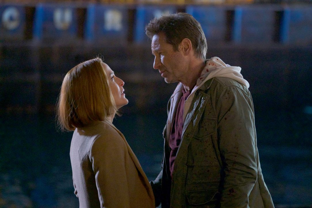Machen sich auf die Suche nach ihrem, sich auf der Flucht befindenden, Sohn: Scully (Gillian Anderson, l.) und Mulder (David Duchovny, r.) ... - Bildquelle: Shane Harvey 2018 Fox and its related entities.  All rights reserved.