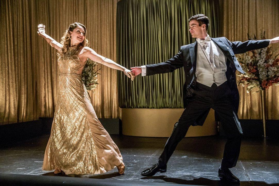 Um der Traumwelt entkommen zu können, müssen Kara (Melissa Benoist, l.) und Barry (Grant Gustin, r.) herausfinden, was die Handlung des Musicals ist... - Bildquelle: 2016 Warner Bros.