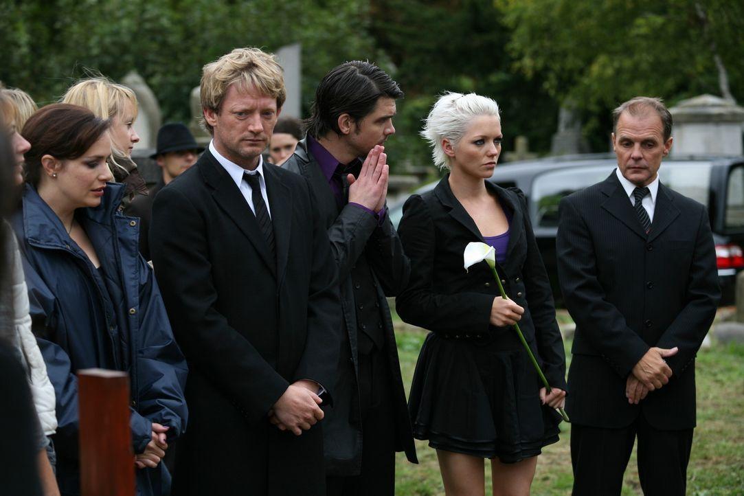 Müssen Abschied von einem guten Freund nehmen: Cutter (Douglas Henshall, 4.v.r.), Abby (Hannah Spearritt, l.) und Connor (Andrew Lee Potts, 2.v.l.)... - Bildquelle: ITV Plc