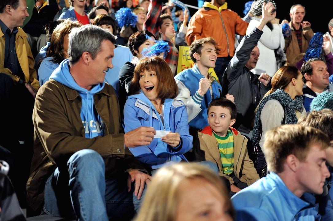 Mike (Neil Flynn, l.) und Frankie (Patricia Heaton, 2.v.l.) haben mit ihren Kindern schwer zu kämpfen: Brick (Atticus Shaffer, r.) wird in der Schul... - Bildquelle: Warner Brothers