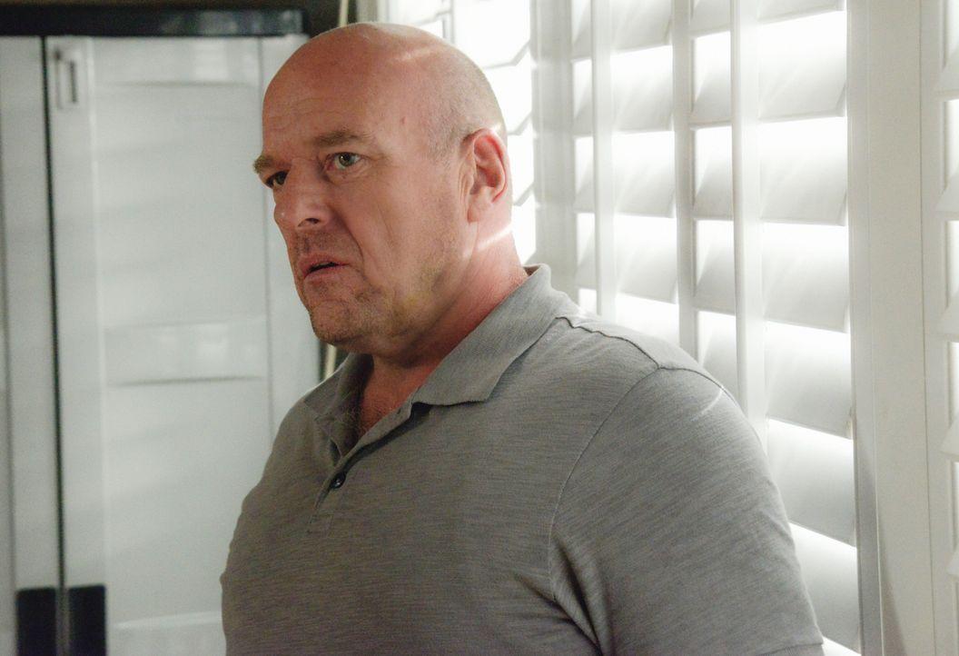 Während Big Jim (Dean Norris) nach Christines wahren Absichten forscht, verfällt sein Sohn der charismatischen Anführerin immer mehr ... - Bildquelle: Brownie Harris 2015 CBS Studios Inc.