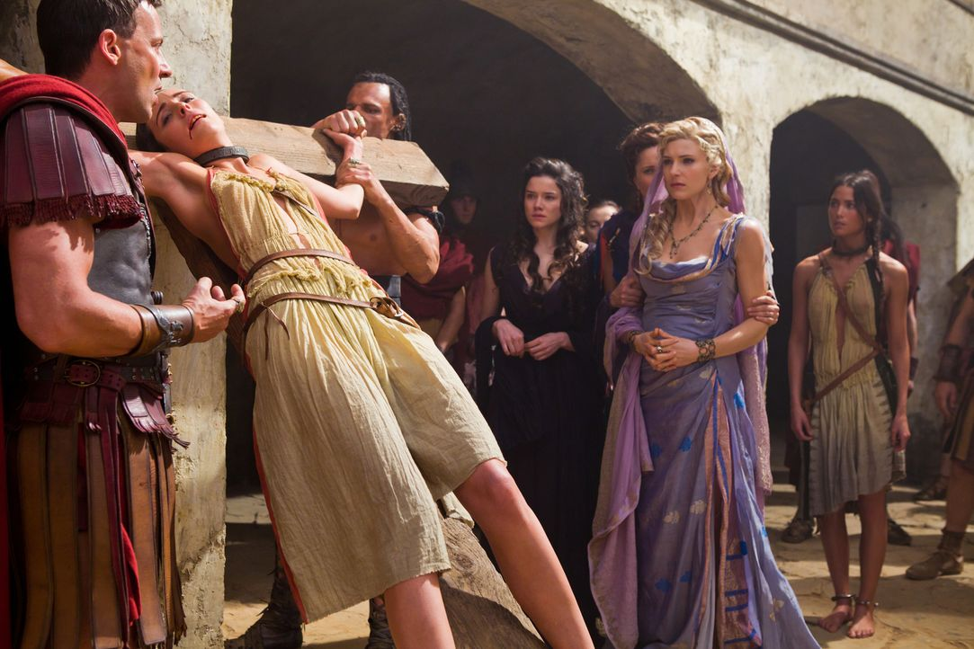 Als Glaber (Craig Parker, l.) ihre persönliche Zofe als Spartacus-Befürworterin hinrichten lässt, ahnt Ilithyia (Viva Bianca, 2.v.r.), dass jetzt ih... - Bildquelle: 2011 Starz Entertainment, LLC. All rights reserved.