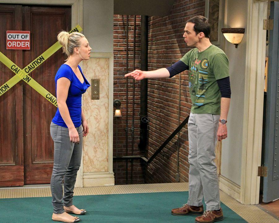 Ein Streit zwischen Sheldon (Jim Parsons, r.) und Leonard überträgt sich auch auf Penny (Kaley Cuoco, l.) und Amy, während Raj eine ganz besondere A... - Bildquelle: Warner Bros. Television