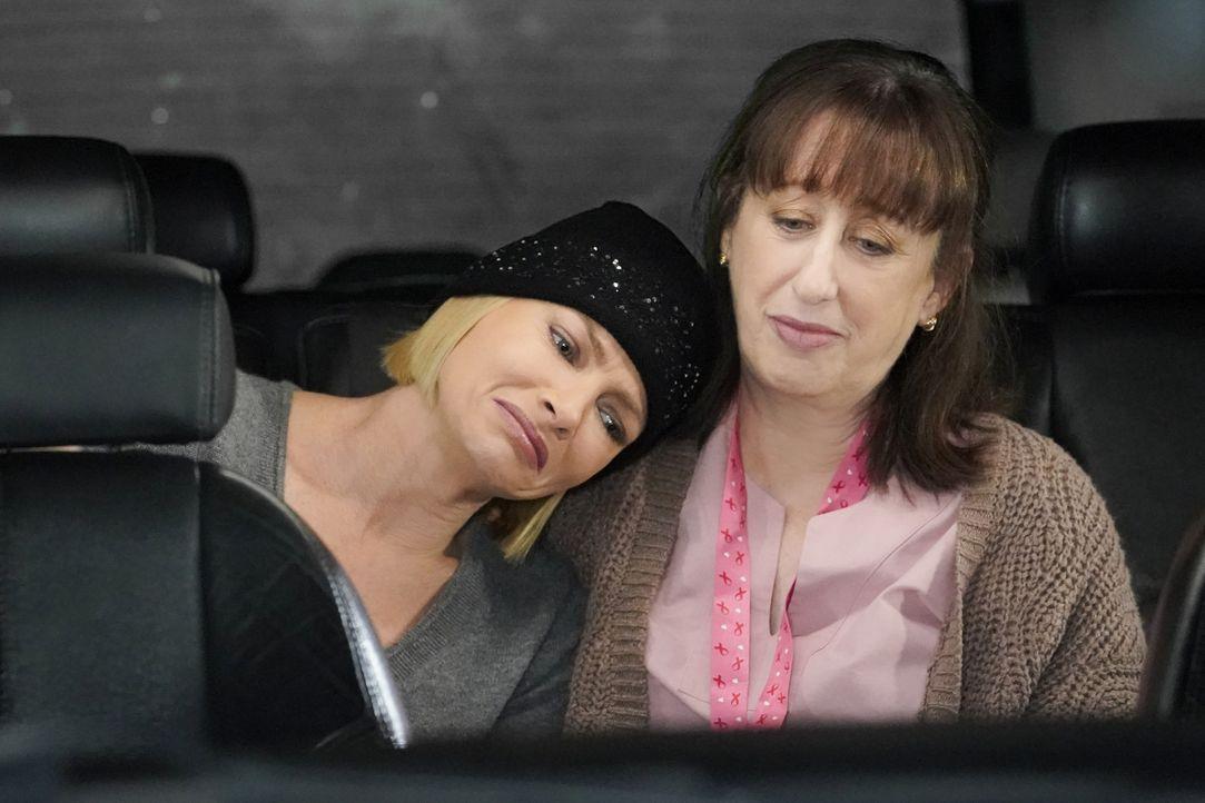 Jill (Jaime Pressly, l.); Wendy (Beth Hall, r.) - Bildquelle: Warner Bros. Entertainment, Inc.