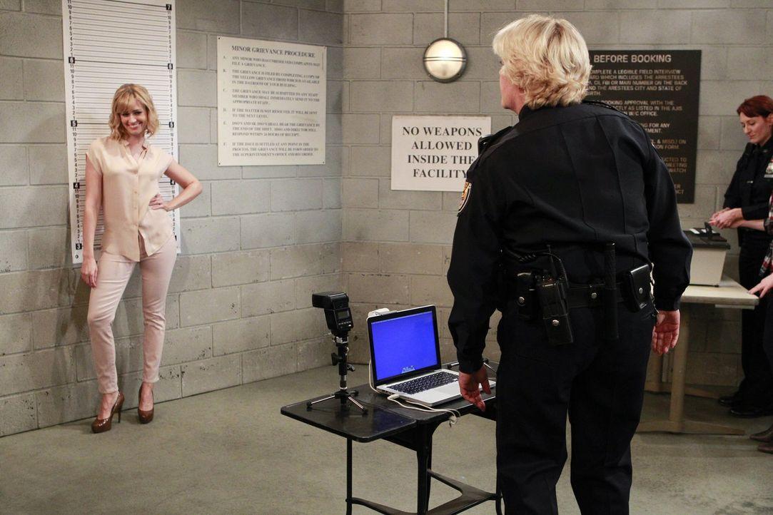 Ein etwas anderes Fotoshooting, aber Caroline (Beth Behrs, l.) ist sofort in ihrem Element ... - Bildquelle: Warner Bros. Television