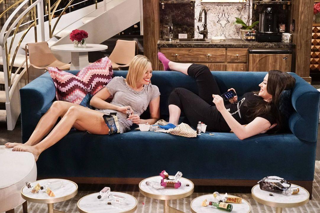 Caroline (Beth Behrs, l.) und Max (Kat Dennings, r.) machen sich einen Spaß daraus, so zu tun, als seien sie auf einer Hollywood-Party. Caroline ahn... - Bildquelle: 2016 Warner Brothers