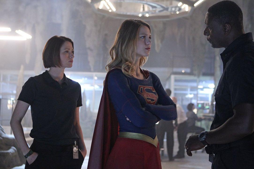 Gerade als Kara (Melissa Benoist, M.) endlich anfängt, ihre Superkräfte zu akzeptieren und zu nutzen, muss sie erfahren, dass ihre Schwester Alex (C... - Bildquelle: 2015 Warner Bros. Entertainment, Inc.