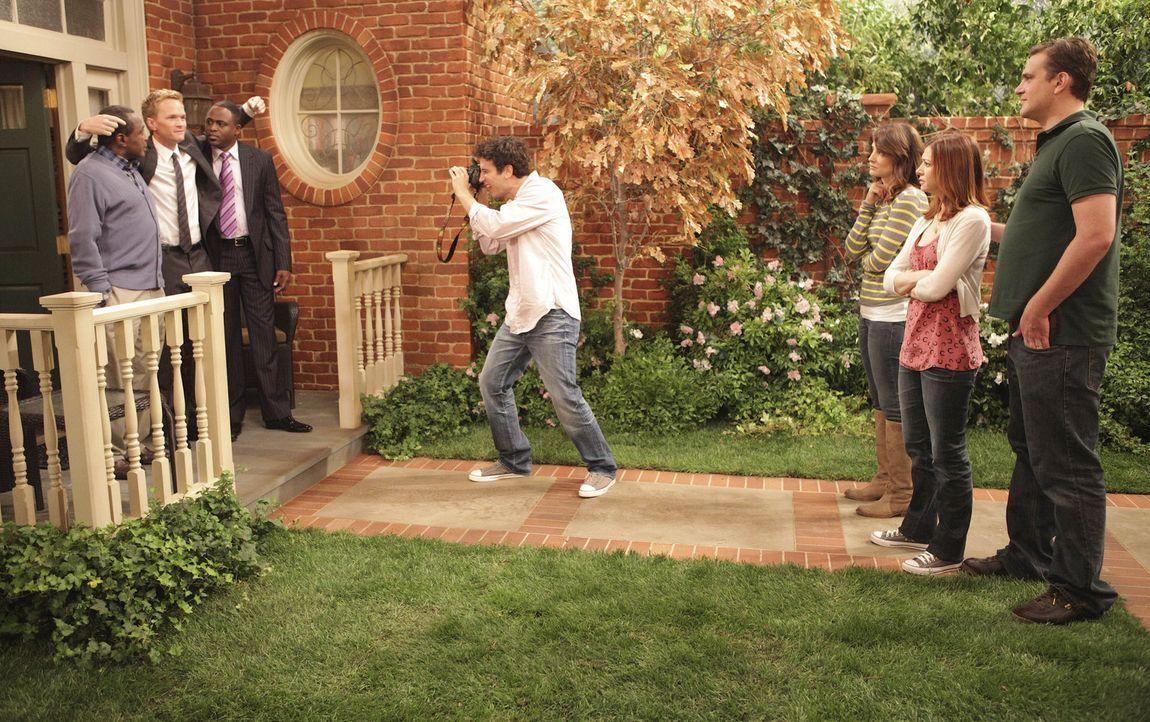 Während einer großen Aufräumaktion bei Barneys Mutter, wird Barney (Neil Patrick Harris, 2.v.l.) und seinem Bruder James (Wayne Brady, 3.v.l.) kl... - Bildquelle: 20th Century Fox International Television