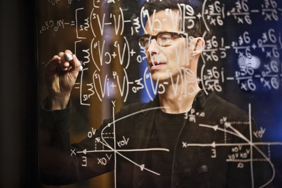 Dr. Wells (Tom Cavanagh) arbeitet an einer Möglichkeit, Barry seine Schnelligkeit wiederzubeschaffen. Doch ist eine erneute Explosion wirklich der r... - Bildquelle: Warner Bros. Entertainment, Inc.
