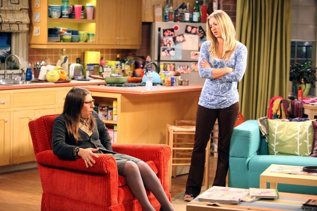 Penny (Kaley Cuoco, r.) und Sheldon geraten in Streit, weil Penny einen neuen Sessel in ihrem Mobiliar hat, der von der Straße stammt. Amy (Mayim Bi... - Bildquelle: Warner Bros. Television