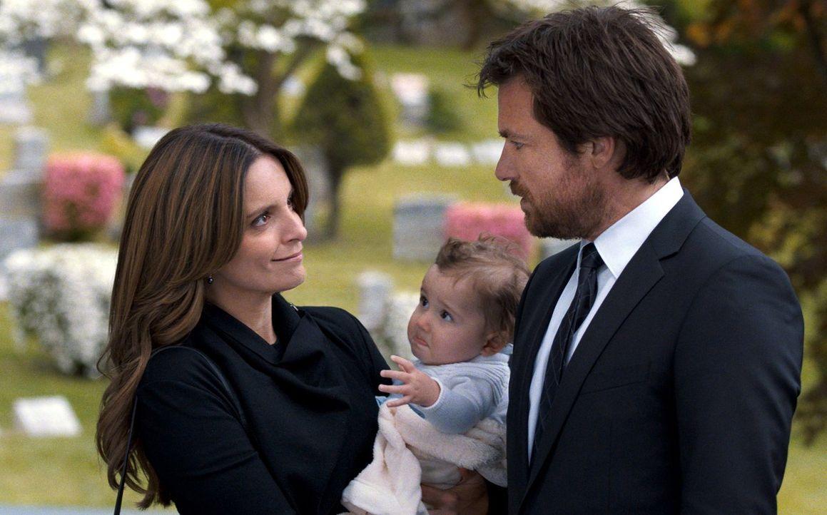 Nach langer Zeit freut sich Wendy (Tina Fey, l.) ihren Bruder Judd (Jason Bateman, r.) mal wieder zu sehen und legt ihm ans Herz endlich zu beichten... - Bildquelle: 2014 Warner Brothers