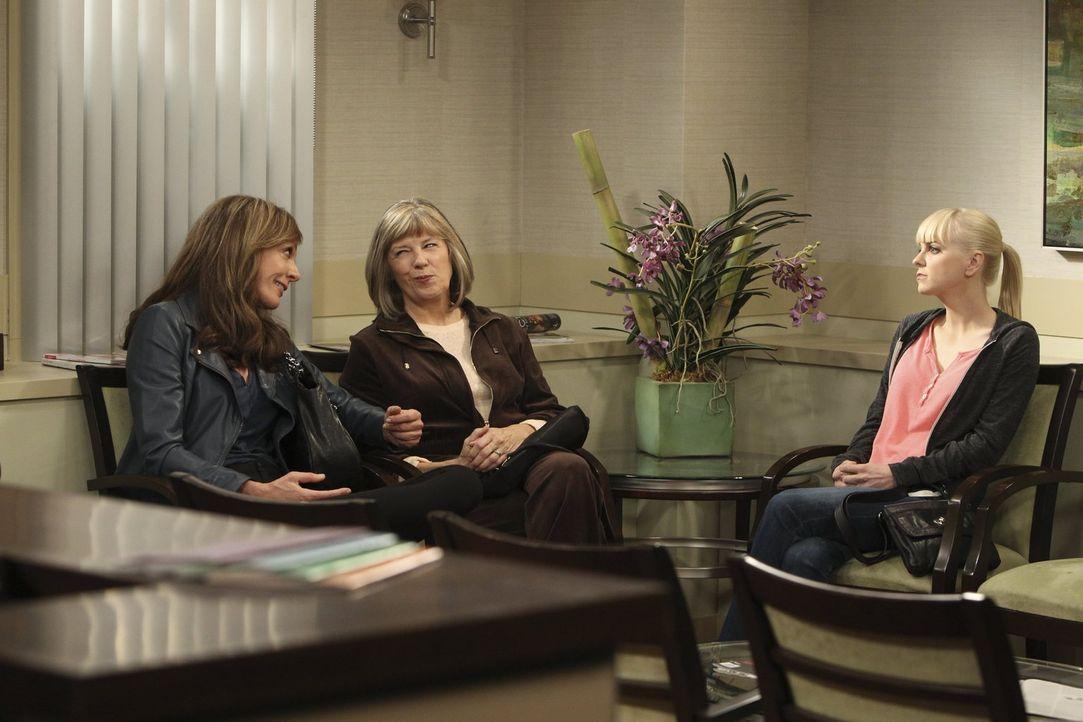 Bonnie (Allison Janney, l.) und Christy (Anna Faris, r.) begleiten Marjorie (Mimi Kennedy, M.) zur ärztlichen Untersuchung. Doch die Tipps, die Bonn... - Bildquelle: Warner Brothers Entertainment Inc.