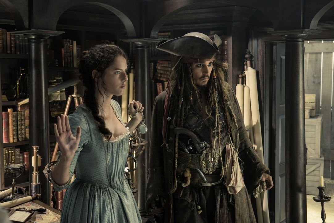 Carina Smyth (Kaya Scodelario, l.); Captain Jack Sparrow (Johnny Depp, r.) - Bildquelle: Peter Mountain Disney Enterprises, Inc. All Rights Reserved. / Peter Mountain
