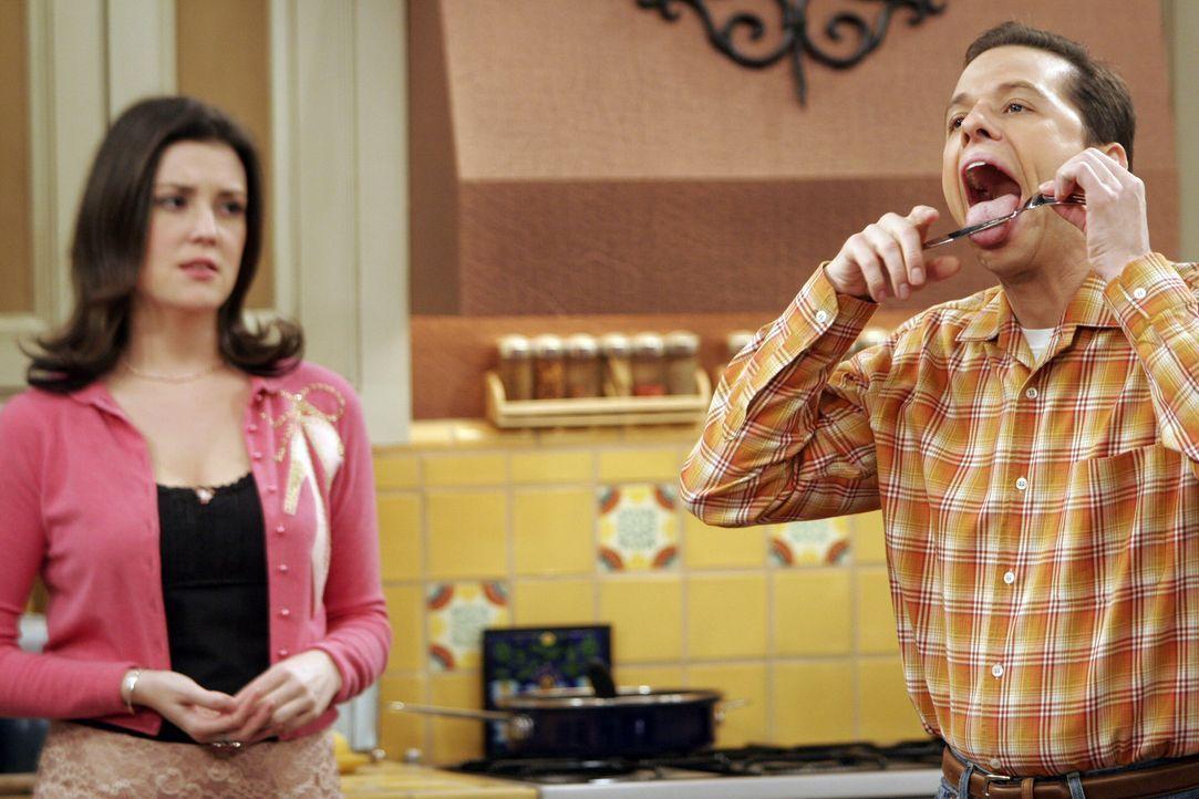 Wird es Rose (Melanie Lynskey, l.) schaffen, den Streit zwischen Charlie und Alan (Jon Cryer, r.) zu schlichten? - Bildquelle: Warner Bros. Television