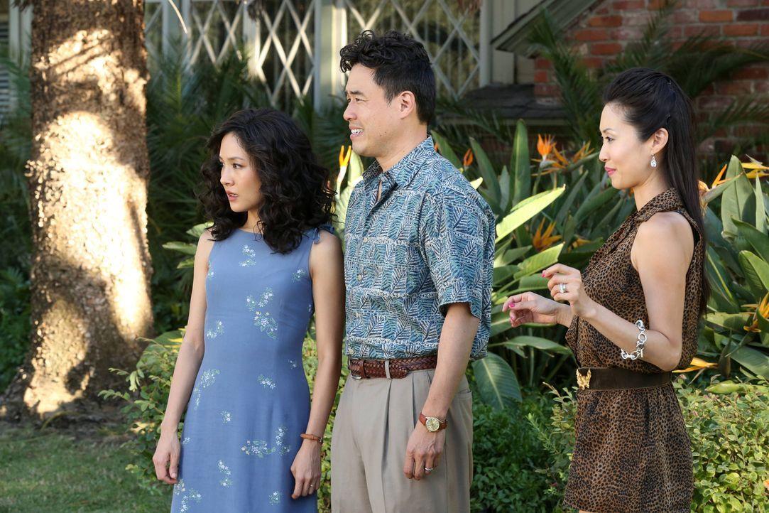 Als Jessicas (Constance Wu, l.) Schwester Connie Chen (Susan Park, r.) und deren Ehemann auftauchen, wird Louis (Randall Park, M.) nervös, denn sie... - Bildquelle: 2015 American Broadcasting Companies. All rights reserved.
