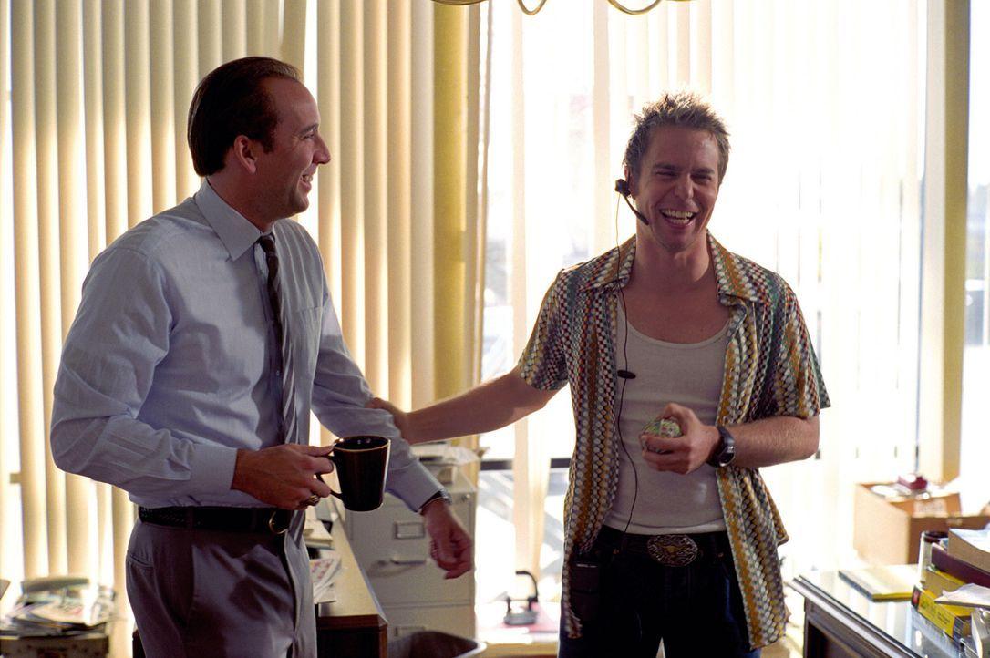 Die erfolgreichen Gauner Roy (Nicolas Cage, l.) und Frank (Sam Rockwell, r.) verkaufen Wasserfilter zum Zehnfachen ihres Wertes, weil sie die naiven... - Bildquelle: Warner Bros. Pictures