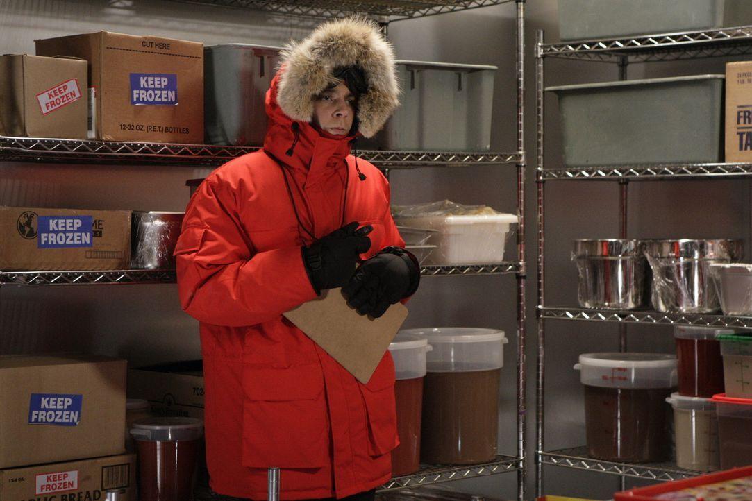Im Gegensatz zu seinen Mitstreitern freut sich Sheldon (Jim Parsons) auf die drei Monate in eisiger Einsamkeit ... - Bildquelle: Warner Bros. Television