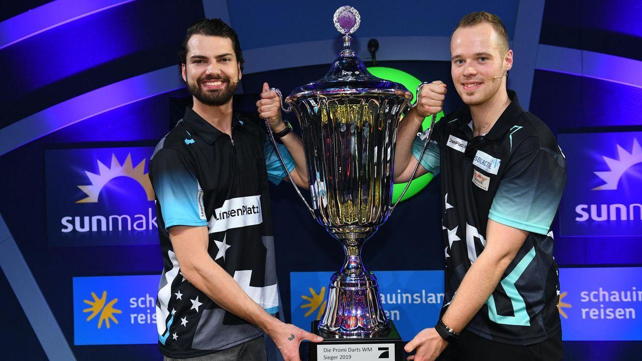 Jimi Blue Ochsenknecht und Maxx Hopp mit Siegerpokal - Bildquelle: Willi Weber Fotografie