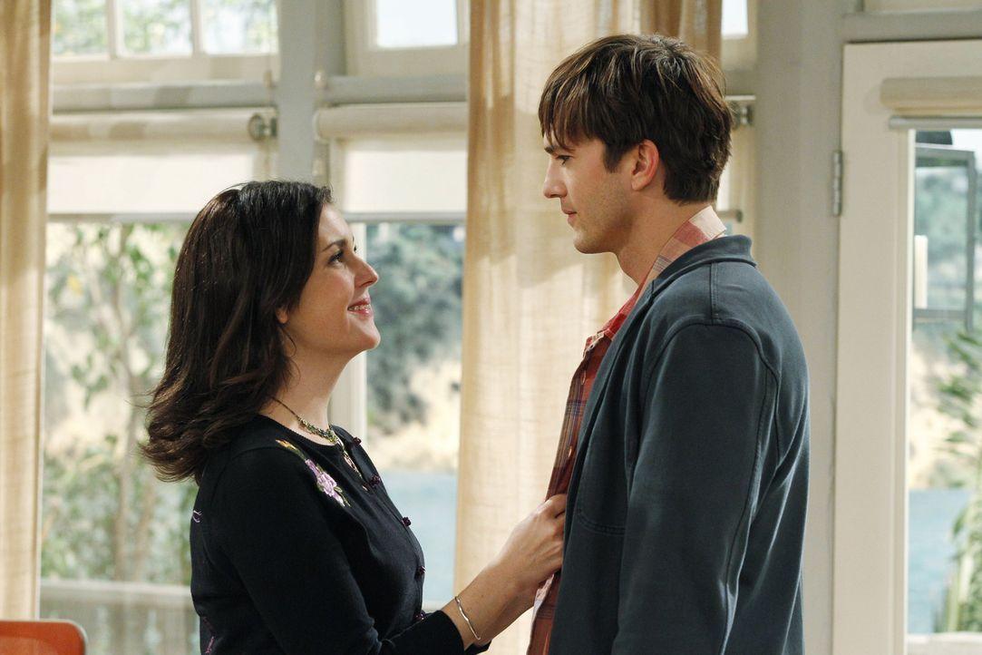 Walden (Ashton Kutcher, r.) lädt trotz Alans böser Vorahnungen und Warnungen Rose (Melanie Lynskey, l.) ein, zu ihm zu ziehen. Doch ist das wirklich... - Bildquelle: Warner Brothers Entertainment Inc.