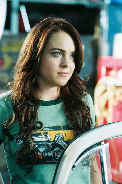 Maggie Peyton (Lindsay Lohan) schlägt mit Herbie, ihrem VW Käfer, alle Rivalen der Rennbahn aus dem Feld ... - Bildquelle: Walt Disney Pictures