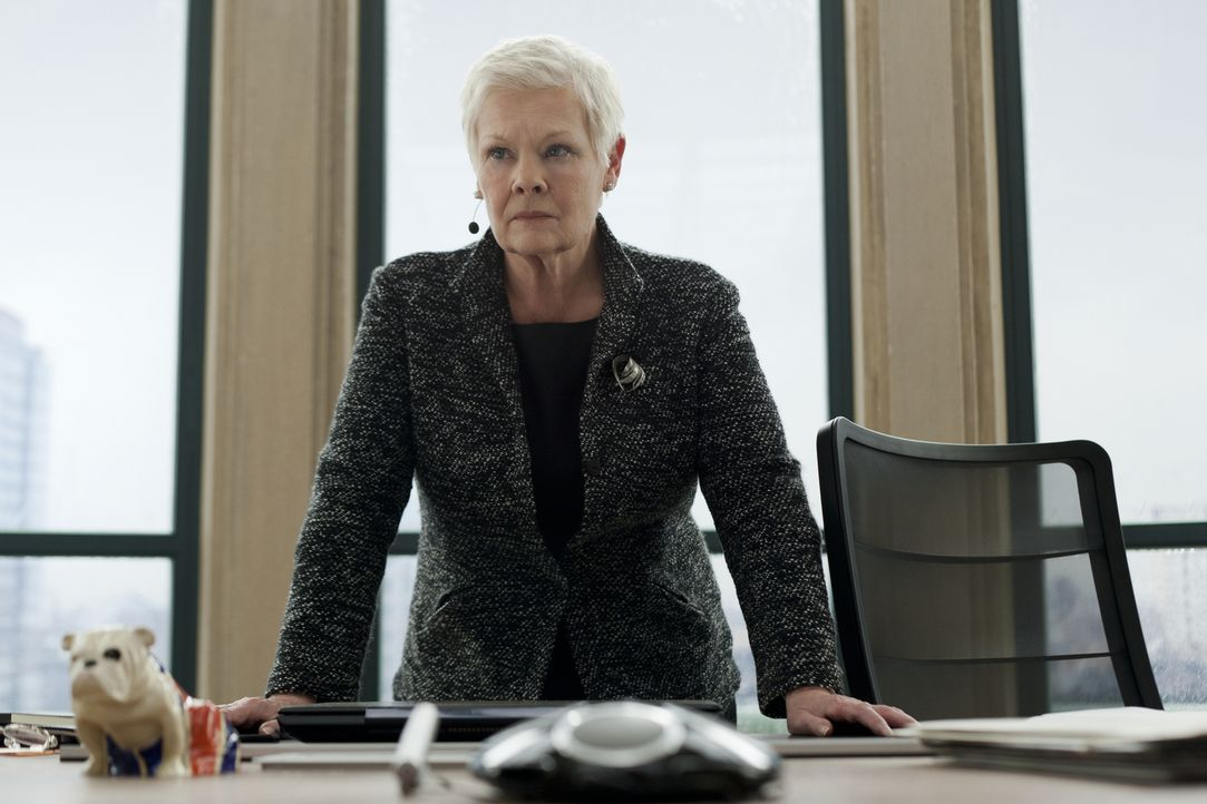 Hat nur noch einen Verbündeten, dem sie trauen kann: M (Judi Dench) ... - Bildquelle: Skyfall   2012 Danjaq, LLC, United Artists Corporation and Columbia Pictures Industries, Inc. All rights reserved.