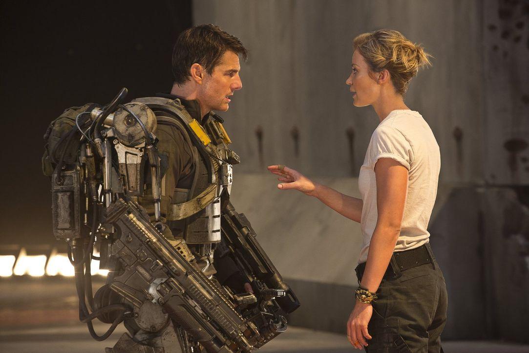Der Kampf gegen eine feindliche Alienrasse befördert Major Bill Cage (Tom Cruise, l.) in eine Zeitschleife, die ihn ein und den selben Tag immer und... - Bildquelle: Warner Bros. Television