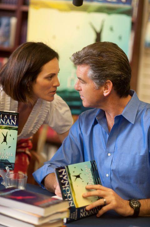 Während der Bestsellerautor Mike Noonan (Pierce Brosnan, r.) sein Buch signiert, verunglückt seine Frau Jo (Annabeth Gish, l.) tödlich. Von nun an p... - Bildquelle: 2011 Sony Pictures Television Inc. All Rights Reserved.