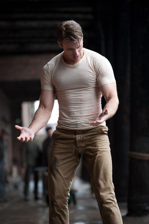 Endlich ist der Tag gekommen, an dem Soldat Steve Rogers (Chris Evans) das Wundermittel gespritzt wird. Während sämtliche Apparate heiß laufen, m... - Bildquelle: TM &   2011 Marvel Entertainment, LLC & subs. All Rights Reserved.