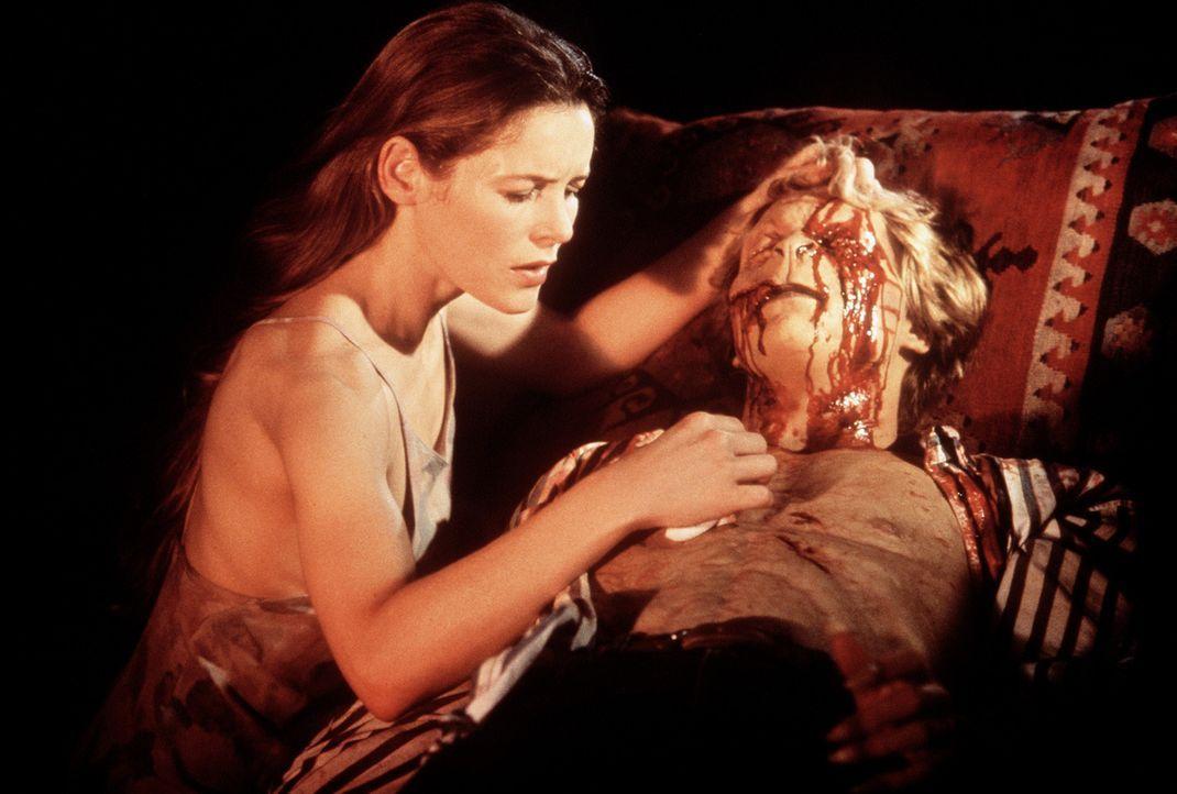 Mary (Alice Krige, l.) braucht dringend für ihren verletzten Schlafwandler-Sohn Charles (Brian Krause, r.) das Blut eines jungen Mädchens ... - Bildquelle: Columbia Pictures