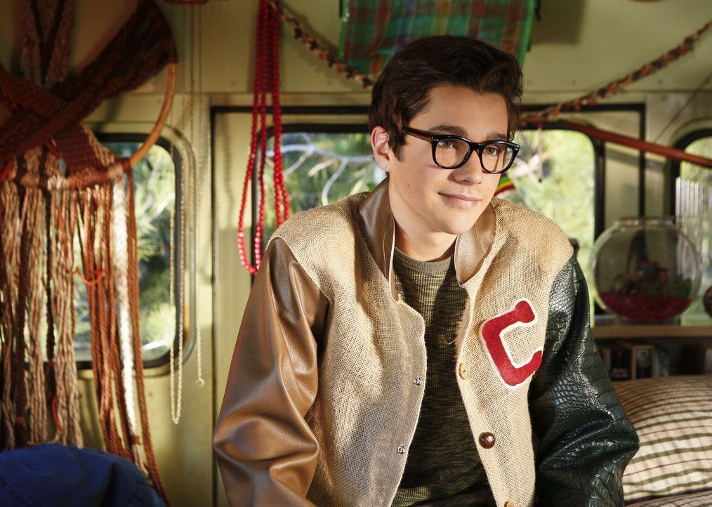 Als Debbie herausfindet, dass Adam (Austin Mahone) als Jugendlicher Liebeslieder für Mädchen schrieb ist sie sauer ... - Bildquelle: 2013 CBS Broadcasting, Inc. All Rights Reserved.