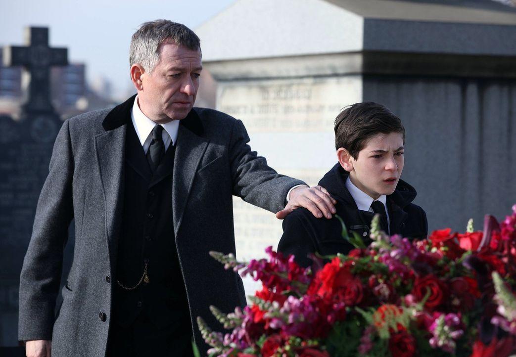 Nachdem seine Eltern ermordet wurden, kümmert sich Alfred Pennyworth (Sean Pertwee, l.), der Butler der Familie Wayne, um Bruce (David Mazouz, r.),... - Bildquelle: Warner Bros. Entertainment, Inc.